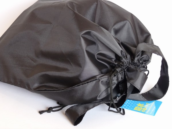 正方形に近い形がキュート?ポリエステル製防水巾着バッグ 38×34cm @100均キャンドゥ