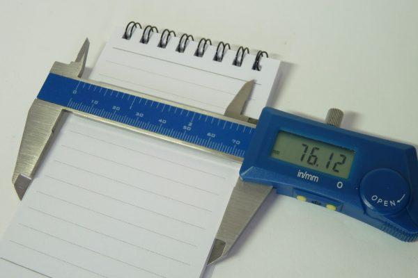 百均浪漫◆表紙・背表紙は樹脂製、幅76mmでモバイル付箋紙ノートに[ピッタリなメモ帳