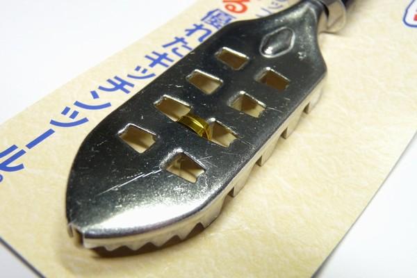サビにくいステンレスと握りやすい樹脂製グリップのウロコ取り。日本製 @100均 キャンドゥ