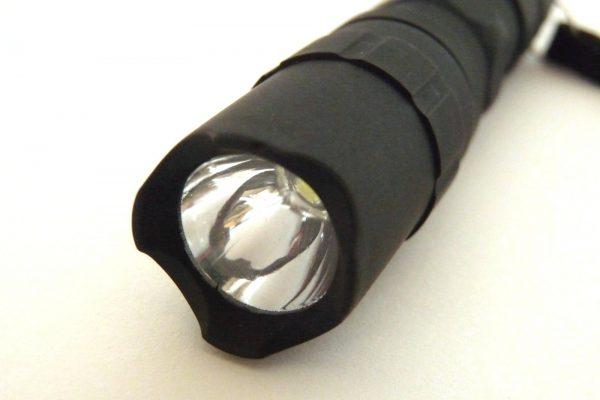 百均浪漫◆単三電池1本のLED懐中電灯。レンズを保護するボディ形状。