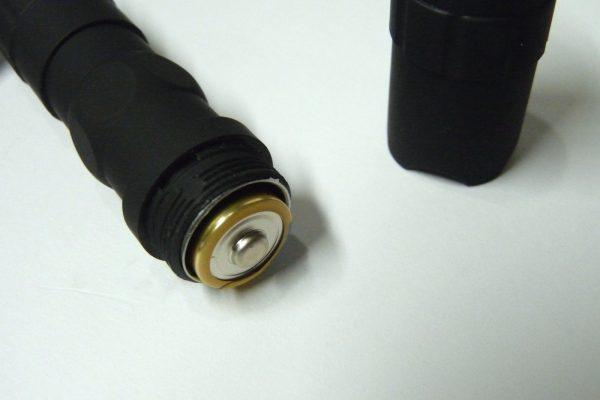 百均浪漫◆単三電池1本のLED懐中電灯。電池の向きはプラスがLED側。
