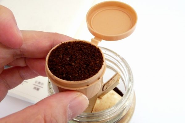 百均浪漫◆カラーマヨネーズカップ14ml。挽いたコーヒー豆を入れてみる。