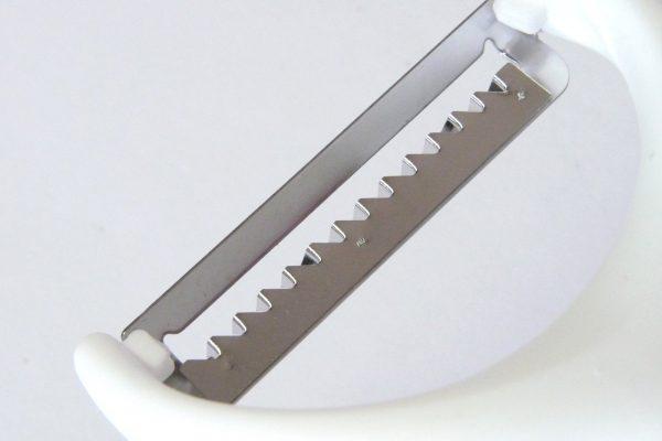 百均浪漫◆つま切り専用ピーラー。刃先拡大写真。