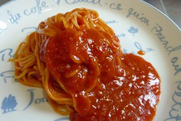 百均浪漫◆ハチ食品 スパゲッティソース たっぷりアラビアータ 260g。調理写真。