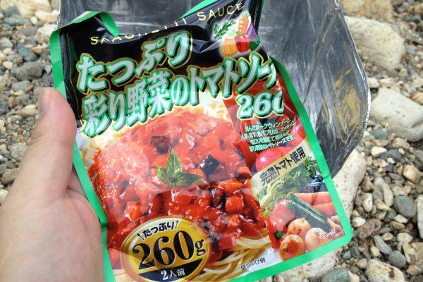 百均浪漫◆ハチ食品のスパゲッティソース たっぷり彩り野菜のトマトソース 260g。アウトドアで調理してみる。