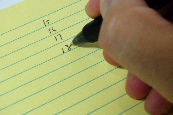 百均浪漫◆はがき大メモふせん 横罫線15段入り。フリクションボールでの書き心地は良好。