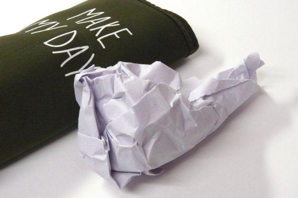 百均浪漫◆ダイソー ペットボトルホルダー ダークカラー。中には膨らませるための紙。