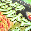 百均浪漫◆ハチ食品 スパゲッティソース たっぷりバジルトマト 260g。
