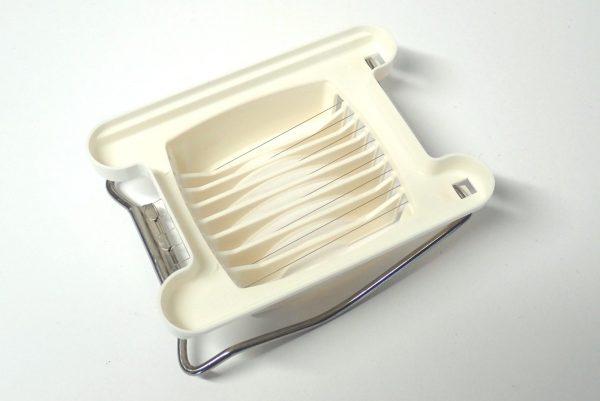 百均浪漫◆日本製!卵切り器。本体裏側写真。