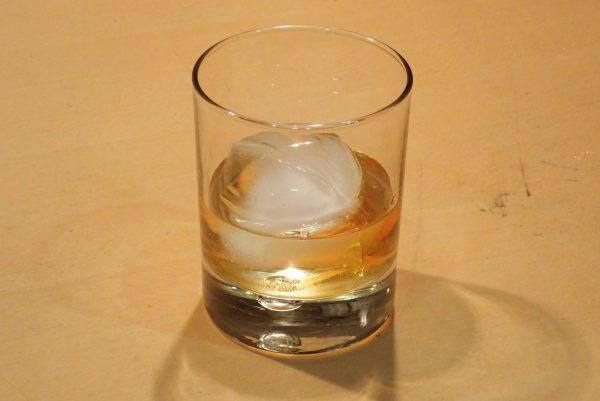 百均浪漫◆丸型アイス ダイヤカット 4個取トレイ。丸い氷を作ってバーボンを注いでみた。