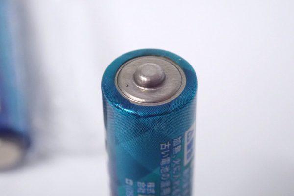 百均浪漫◆単4アルカリ乾電池6本。アルカリ乾電池端子部分詳細写真。