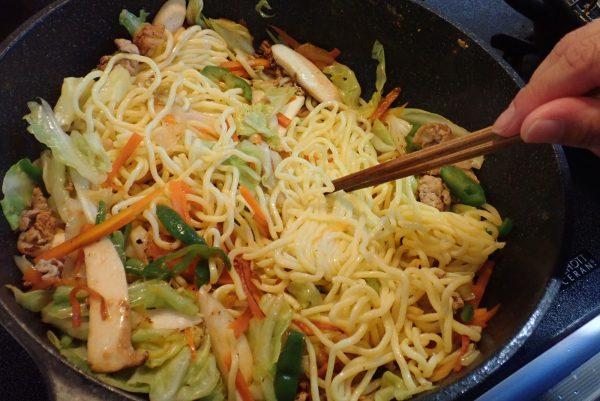 百均浪漫◆高森興産 太麺焼そば スパイシーソース付 2食入。調理してみたよ。