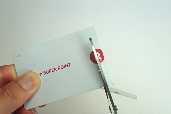 百均浪漫◆ダイソー 軽い力で固いものも切れるハサミ。カードを切ってみる。よく切れる。