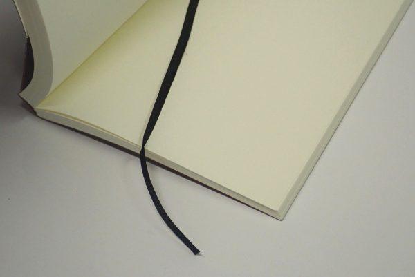 百均浪漫◆セリア BLANK NOTE クラフト A6 120枚 しおりひも付。しおりひも 詳細写真。