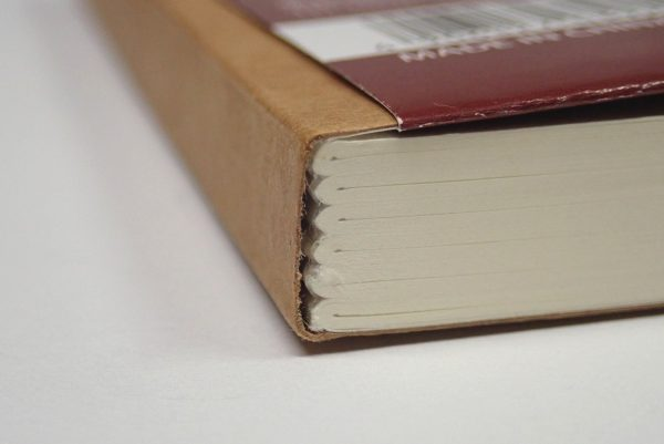 百均浪漫◆セリア BLANK NOTE クラフト A6 120枚 しおりひも付。表紙との接着部分 詳細写真。