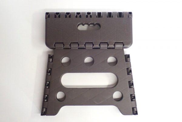 百均浪漫◆セリア 樹脂製折りたたみ簡易チェア。畳んだ状態。表側。