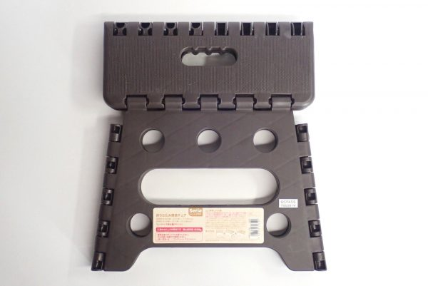 百均浪漫◆セリア 樹脂製折りたたみ簡易チェア。畳んだ状態。裏側。