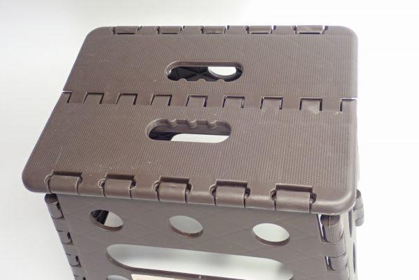 百均浪漫◆セリア 樹脂製折りたたみ簡易チェア。座面(天板)もしっかりしている。