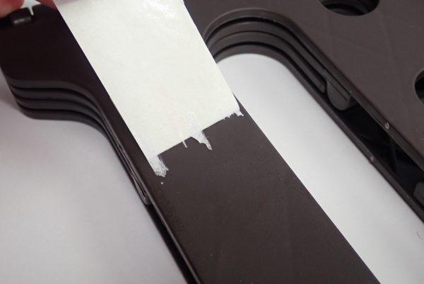 百均浪漫◆セリア 樹脂製折りたたみ簡易チェア。商品ラベルは割ときれいにはがせる。