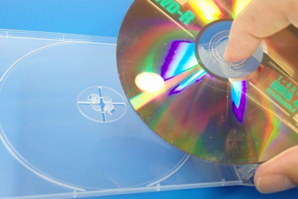 百均浪漫◆CD&DVDソフトケース 4枚収納。ケース詳細写真。DVDを試しに固定。取り外しも簡単。