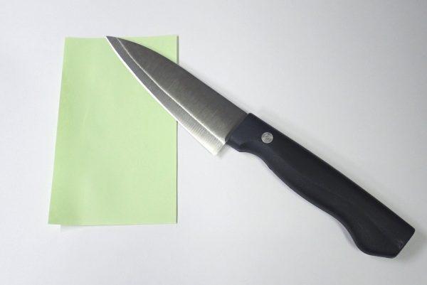 百均浪漫◆エコー金属 小出刃包丁(両刃)。紙を試し切り。