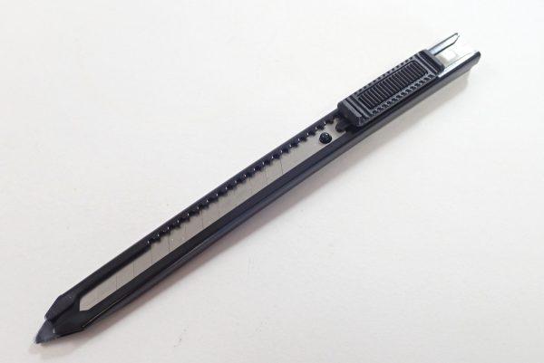 百均浪漫◆左利きでも使えるオートロック機構付きカッターナイフ。本体詳細写真。