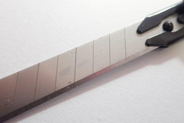 百均浪漫◆左利きでも使えるオートロック機構付きカッターナイフ。カッター刃は「小」サイズ。