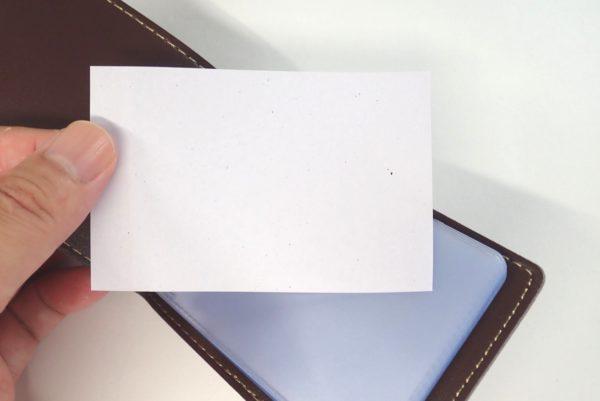 百均浪漫◆レザーカードホルダー MINI タテ型 20ポケット。貼りつき防止なのか、紙が入っている。
