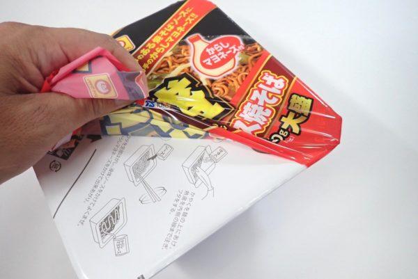百均浪漫◆マルちゃん がつ盛ソース焼きそば大盛からしマヨネーズ付。パッケージを剥がしてみます。