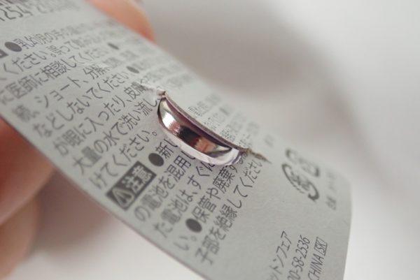 百均浪漫◆アルカリボタン電池 LR1130 2個パック。ボタン電池の取り出し方。