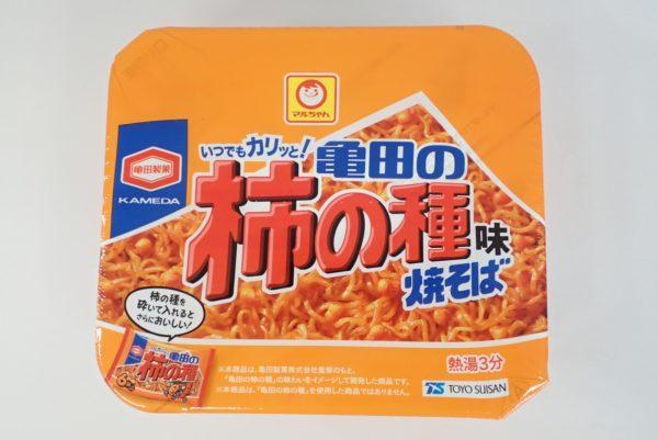 百均浪漫◆マルちゃん亀田の柿の種味焼そば。パッケージ表側。