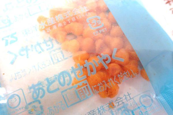 百均浪漫◆マルちゃん亀田の柿の種味焼そば。側面詳細写真。あとのせかやく詳細写真。