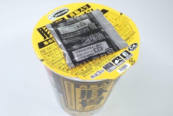 百均浪漫◆エースコック 背脂入り 豚骨ラーメン。フタに調味油をのせて3分待つ。