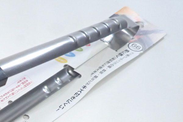 百均浪漫◆日本製、フッ素樹脂を傷つけない66ナイロンのステンレス製料理トング。パッケージ固定はワイヤーとテープ。