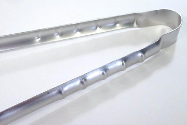 百均浪漫◆日本製、フッ素樹脂を傷つけない66ナイロンのステンレス製料理トング。本体はステンレス製。
