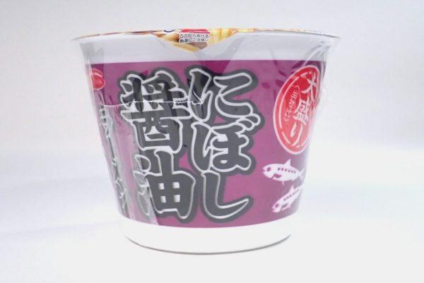 百均浪漫◆エースコック・煮干し醤油ラーメン。パッケージ側面写真。