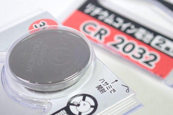 百均浪漫◆モリトク・リチウムコイン電池・CR 2032。ハサミで開封。