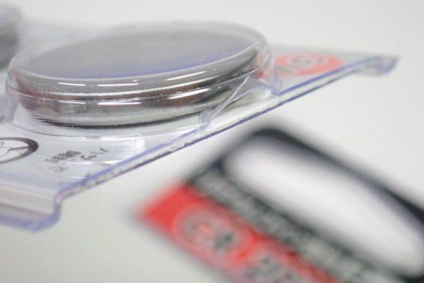 百均浪漫◆モリトク・リチウムコイン電池・CR 2032。かなり固いパッケージ。
