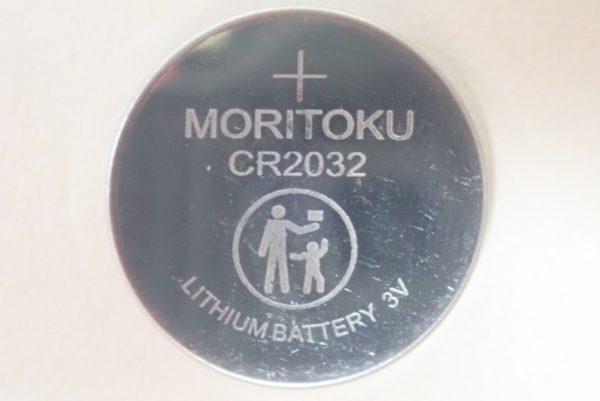 百均浪漫◆モリトク・リチウムコイン電池・CR 2032。電池本体には「MORITOKU」の文字と子供に与えない注意表示。