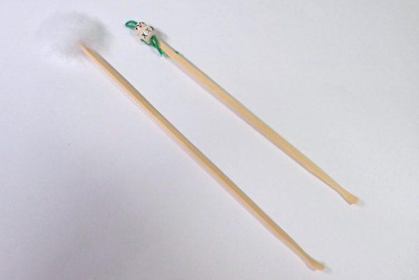 百均浪漫◆天然竹使用の耳かき2本セット。2本とも台紙から外してみました。